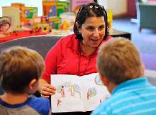 Local member of Federation of Franklin County Children Services Employees/AFT reads to children.