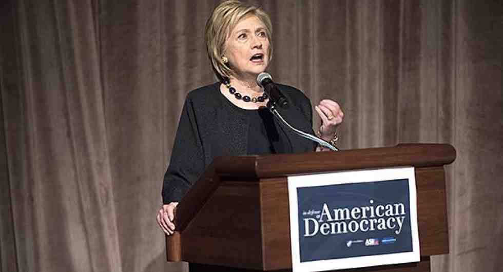 Hilary Clinton habla en un podio