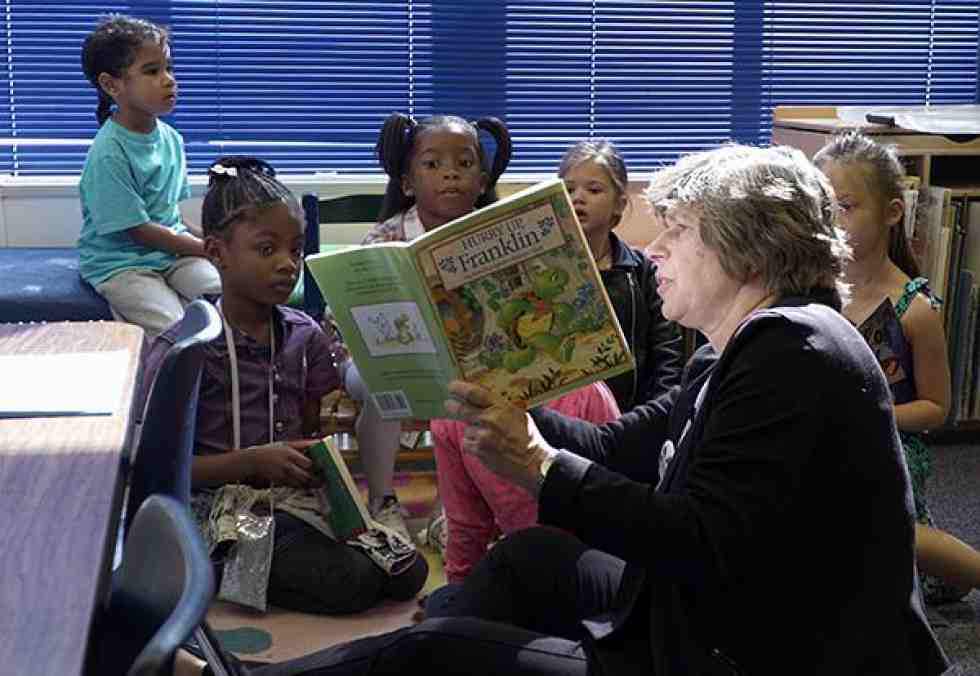 Randi Weingarten reads to children
