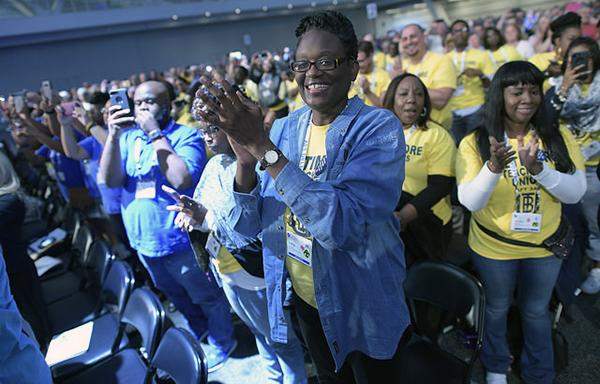 Crowd clapping at AFT convention